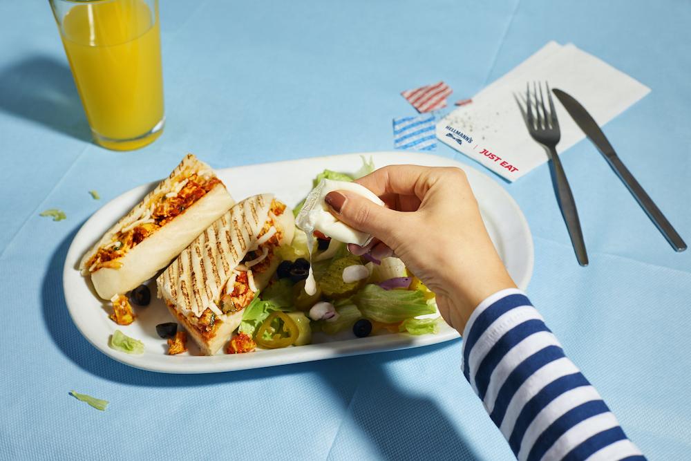 【イギリス】宅配大手Just Eat、提携レストランで海藻活用素材のソース容器へ切替実証。不要食器の削減も 1