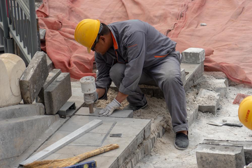 【中国】政府、業務上での塵肺疾患者に対する労働保険適用を3年間義務化。資源採掘業、建設業等 1