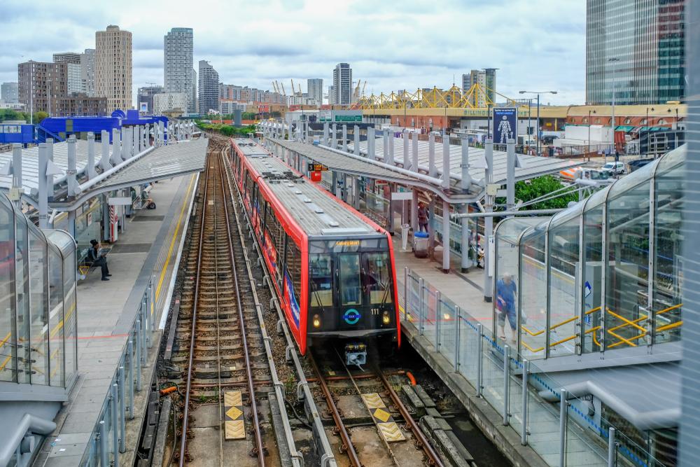 【イギリス】政府、外出規制緩和で公共交通機関利用での感染予防ルール発表。2m以上距離等 1
